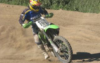 Milan driftuje na motocrosové dráze s Kawasaki